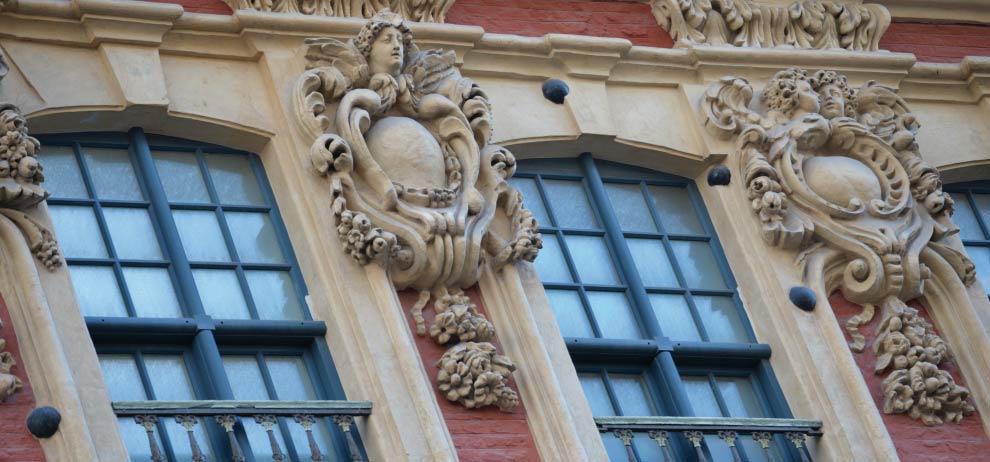 les boulets dans les façades un des détails insolites de la place du Théâtre de Lille