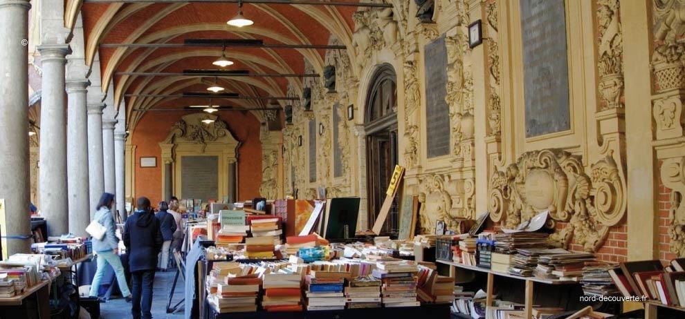 vue intérieure des bouquinistes de la Vieille-Bourse à Lille